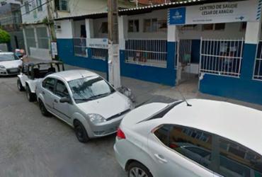 Grupo protesta em frente de posto de saúde na Boca do Rio