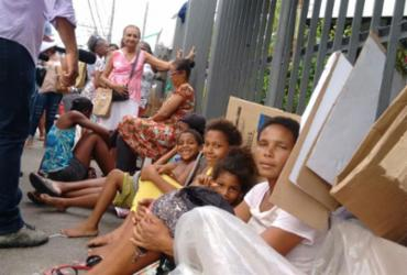 Pacientes do hospital Irmã Dulce dormem na fila para garantir consulta