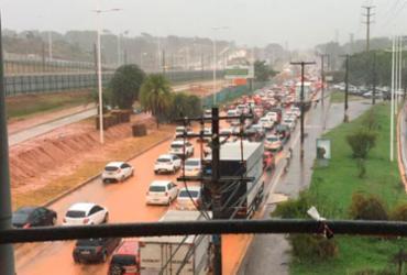 Chuva danifica contenção de obras do metrô e Paralela fica alagada