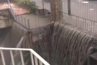 Chuva alaga abrigo e idosos são retirados carregados de quartos