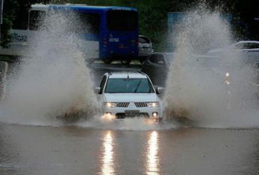 Chuva deixa moradores ilhados e vias alagadas em Salvador
