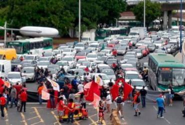 Protesto contra reformas trava trânsito na ACM e Bonocô