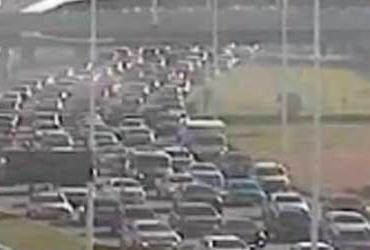 Acidente deixa trânsito lento na avenida Paralela