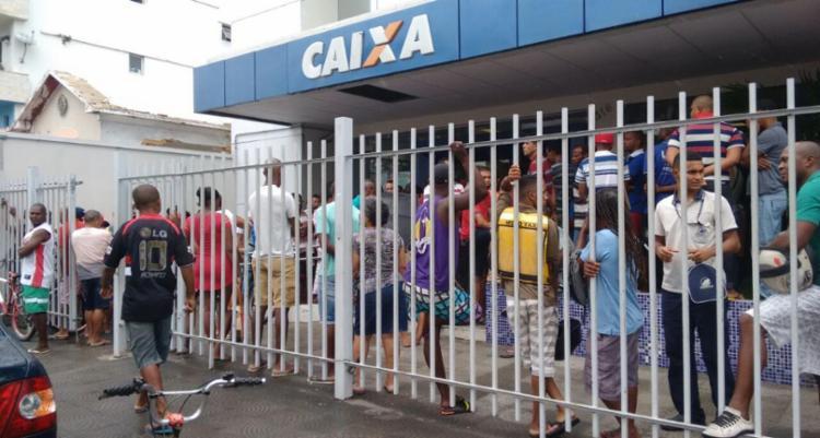 Trabalhadores chegaram antes mesmo do início do atendimento em Periperi - Foto: Edilson Lima | Ag. A TARDE