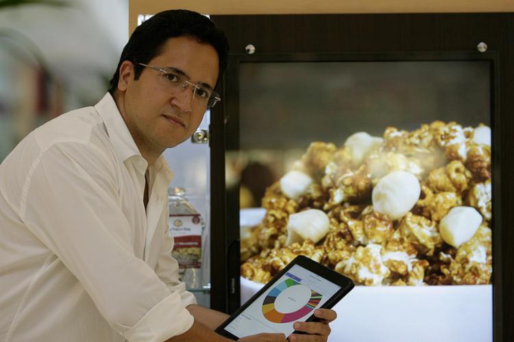 Oliveira, da Las Palomitas, usa sistema para cruzar os dados da empresa - Foto: Adilton Venegeroles l Ag. A TARDE