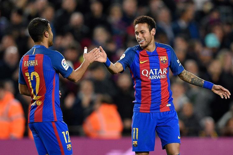 Neymar comemora gol com Rafinha - Foto: Lluis Gene l AFP