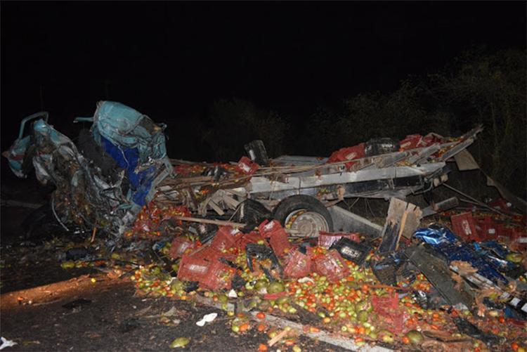 O caminhão que transportava tomates ficou destruído com o impacto - Foto: João Carvalho l Portal Jaguarari