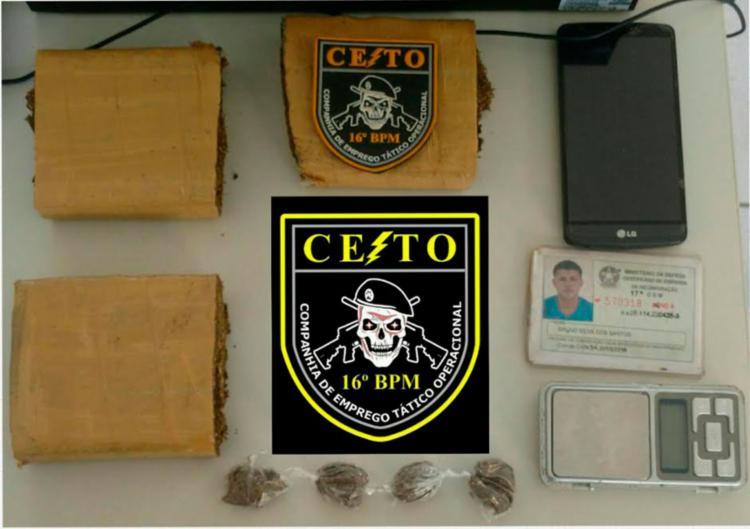Drogas e aparelho celular foram encontrados com o suspeito - Foto: Divulgação | Polícia Militar