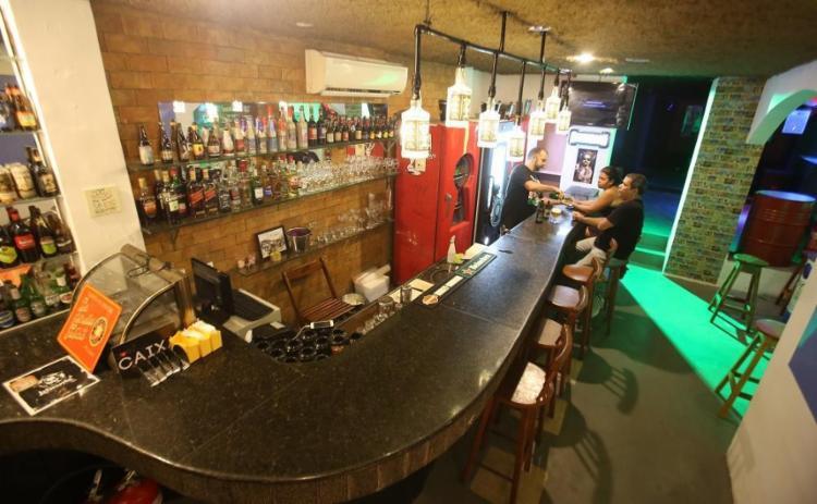 O Lebowski Pub tem quatro ambientes: varanda, sala com sofás, balcão e espaço para música ao vivo - Foto: Joá Souza / Ag. A TARDE