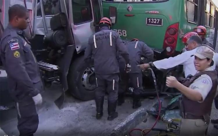 O veículo ficou destruído e o motorista morreu preso nas ferragens - Foto: Reprodução l TV Bahia