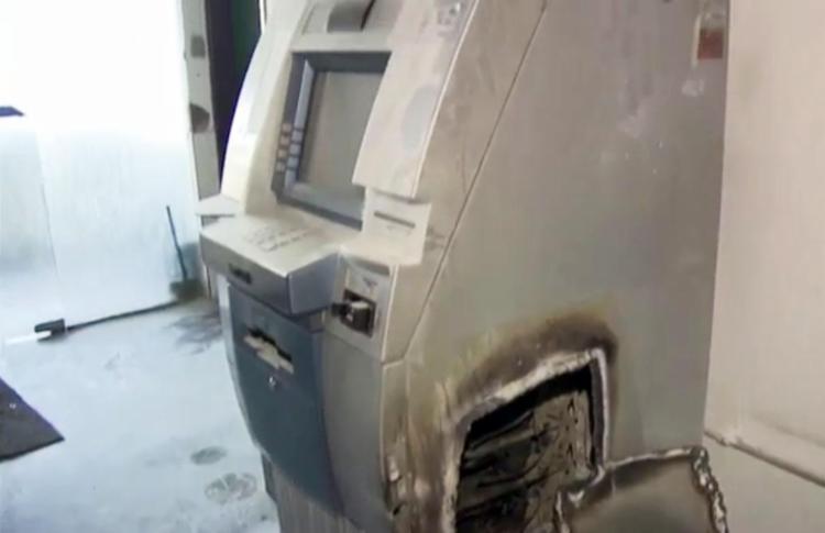 Bandidos utilizaram maçaricos para arrombar o caixa eletrônico - Foto: Reprodução   TV Globo