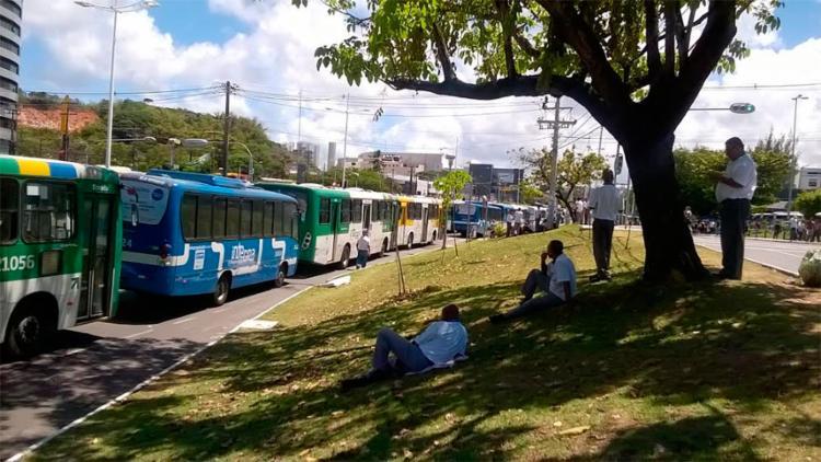 Ônibus ficaram retidos no bloqueio na ACM - Foto: Euzeni Daltro | Ag. A TARDE