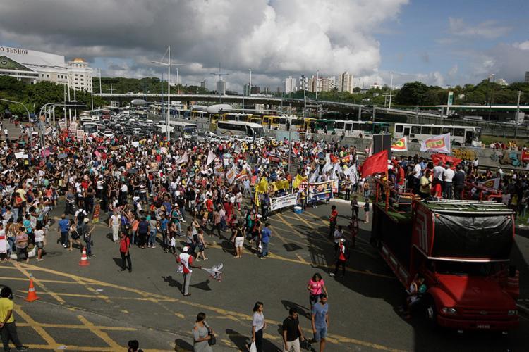 Ato público desta quarta-feira, 15, ocupou pistas na região do Iguatemi, com utilização de carro de som, faixas e bandeiras - Foto: Edilson Lima l Ag. A TARDE