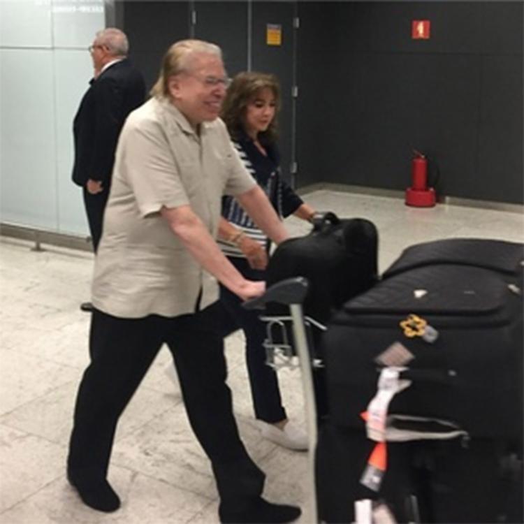 Dono do SBT foi fotografado no aeroporto de Orlando, nos Estados Unidos - Foto: Reprodução l Instagram l dudaharoldo