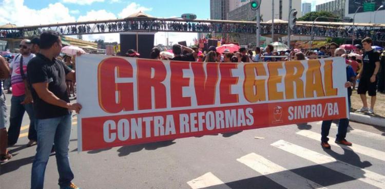 Manifestantes criticam reformas da Previdência e Trabalhista - Foto: Edilson Lima | Ag. ATARDE
