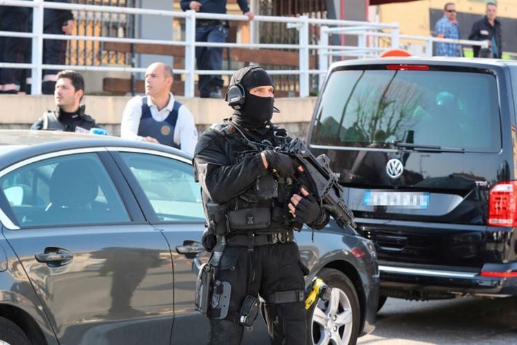 Policiamento é reforçado no entorno da escola - Foto: Valery Hache | AFP