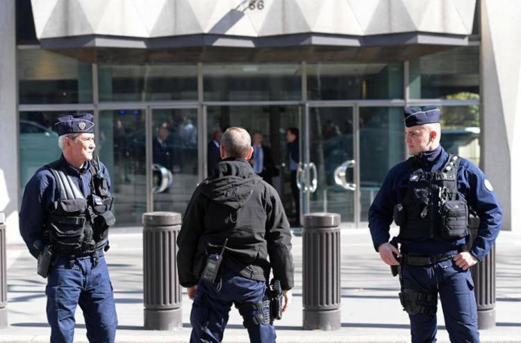Policiais fazem a guarda no entorno do prédio do FMI - Foto: Christophe Archambault | AFP
