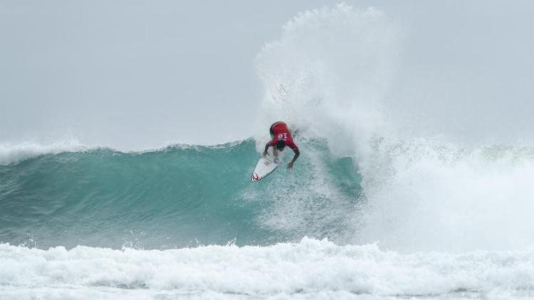 O surfista brasileiro sofreu uma torção no joelho direito após tentar uma manobra aérea, mas a lesão parece não ter afetado os ligamentos - Foto: Ed Sloane l WSL