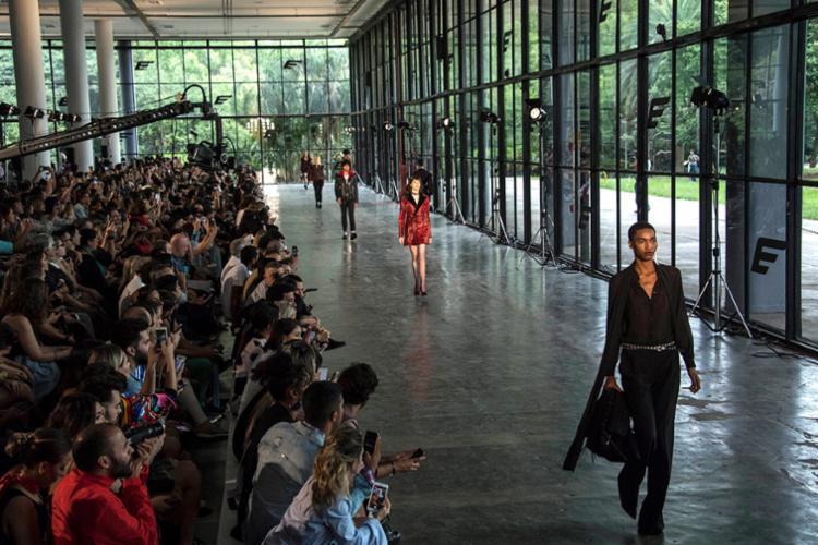 Projeto mescla desfiles e palestras com nomes importantes da moda - Foto: Nelson Almeida | AFP