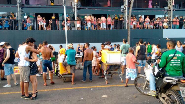 Foliões ainda estão com energia para aproveitar mais um dia de festa - Foto: Luciano da Matta | AG. A TARDE