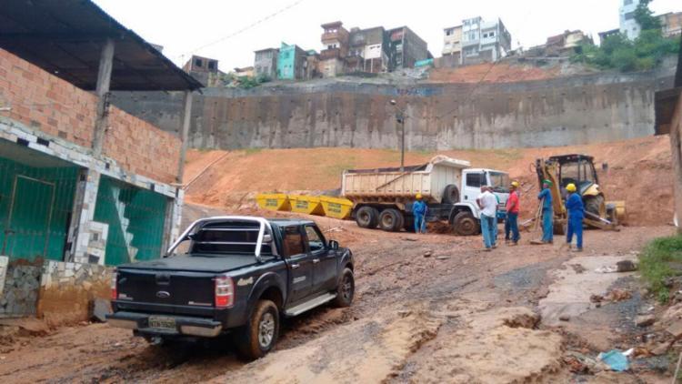 Operários aguardam o tempo melhorar para retomar trabalho - Foto: Edilson Lima | Ag. A TARDE