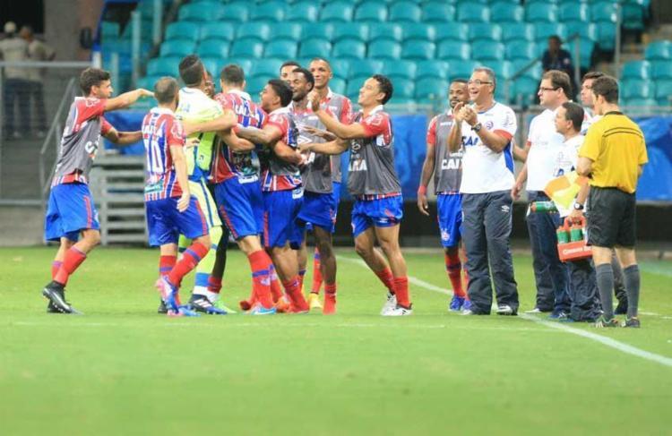 Jogadores do Bahia comemoram um dos gols do triunfo sobre Galícia - Foto: Adilton Venegeroles | Ag. A Tarde