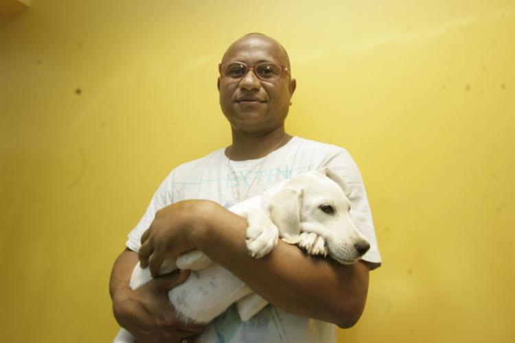 O tecnico de telecomunicações, Bernardino Lopes, adotou cão Boris de cinco meses - Foto: Mila Cordeiro   Ag. A TARDE   19.03.2017