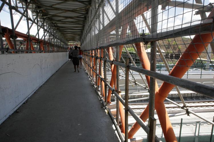 A retirada dos tapumes teria sido ação de vândalos, segundo a Seman - Foto: Edilson Lima | Ag. A TARDE | 20.03.2017