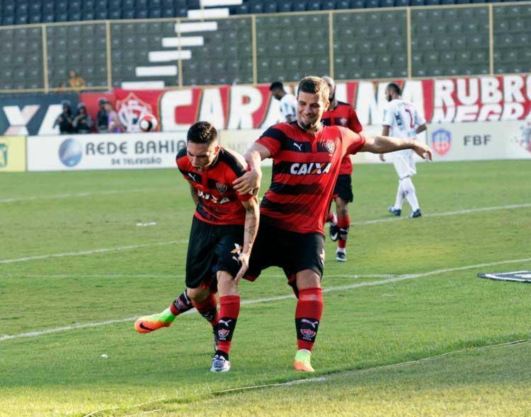 Pineda, juntamente com André Lima, vibra com gol que deu o triunfo para o leão neste domingo - Foto: Margarida Neide | Ag. A Tarde