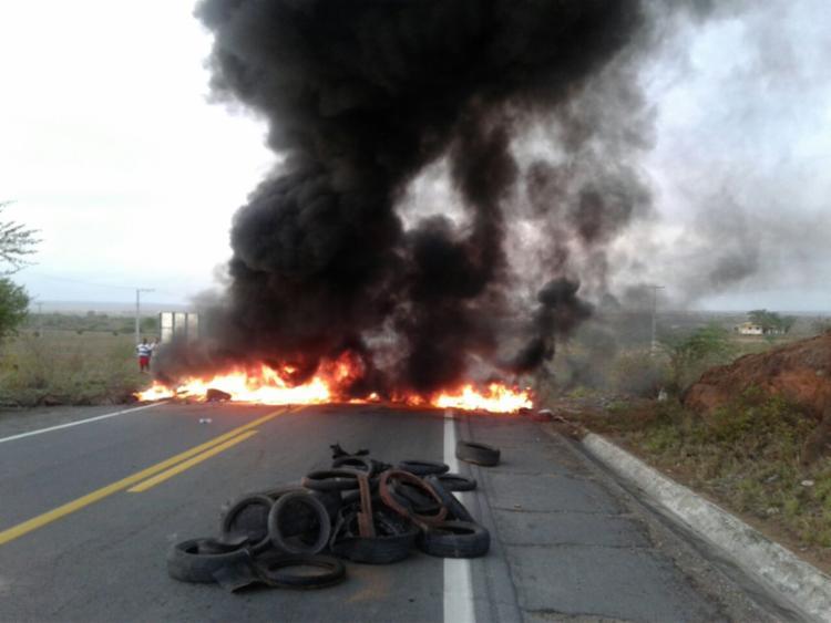 Manifestantes colocaram fogo em objetos - Foto: Cidadão Repórter | Via WhatsApp