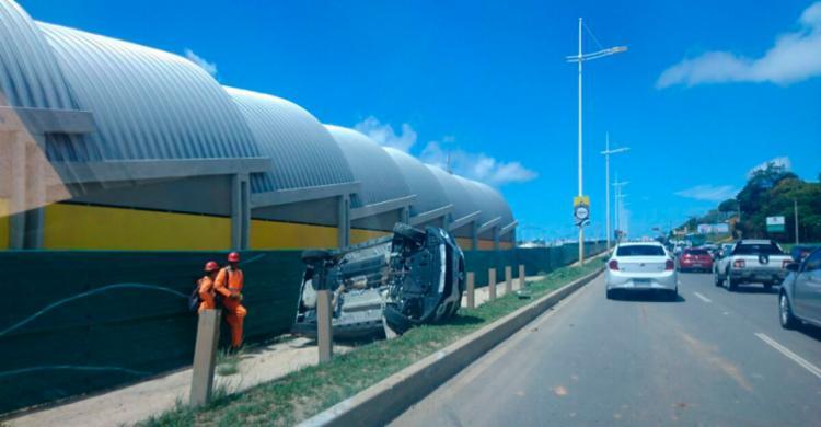 Carro capotou na altura do CAB na Paralela - Foto: Reprodução   Cidadão Repórter   Via WhatsApp