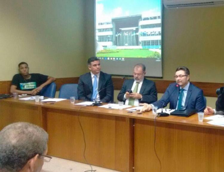 O secretário da Fazenda (à dir.) participou de evento na Assembleia Legislativa - Foto: Regina Bochicchio   Ag. A TARDE