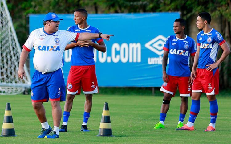 Guto Ferreira orienta jogadores do Tricolor em treino no Fazendão - Foto: Felipe Oliveira l EC Bahia