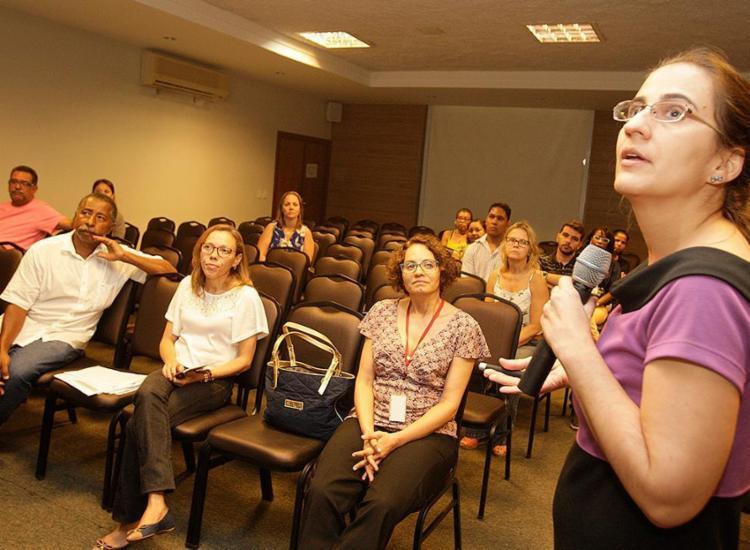 A médica infectologista Sílvia Sclowitz, do Cedap, foi uma das palestrantes de ontem no auditório da ABM - Foto: Joá Souza l Ag. A TARDE