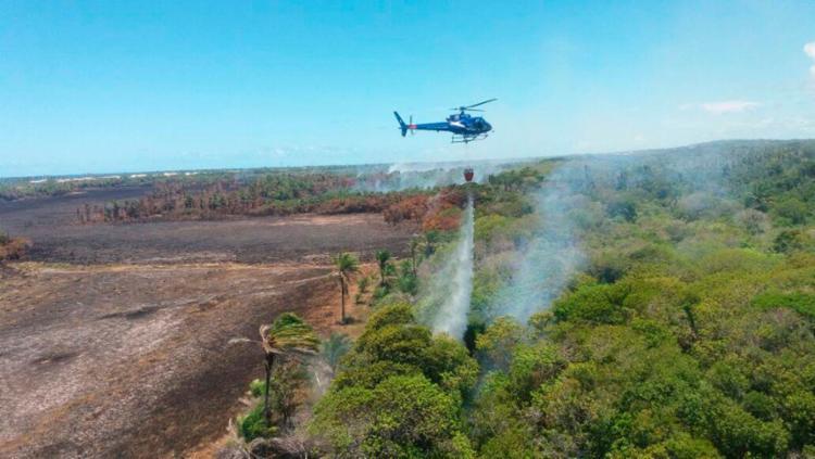 Helicóptero do Graer tenta combater os focos do incêndio - Foto: Divulgação | PMBA