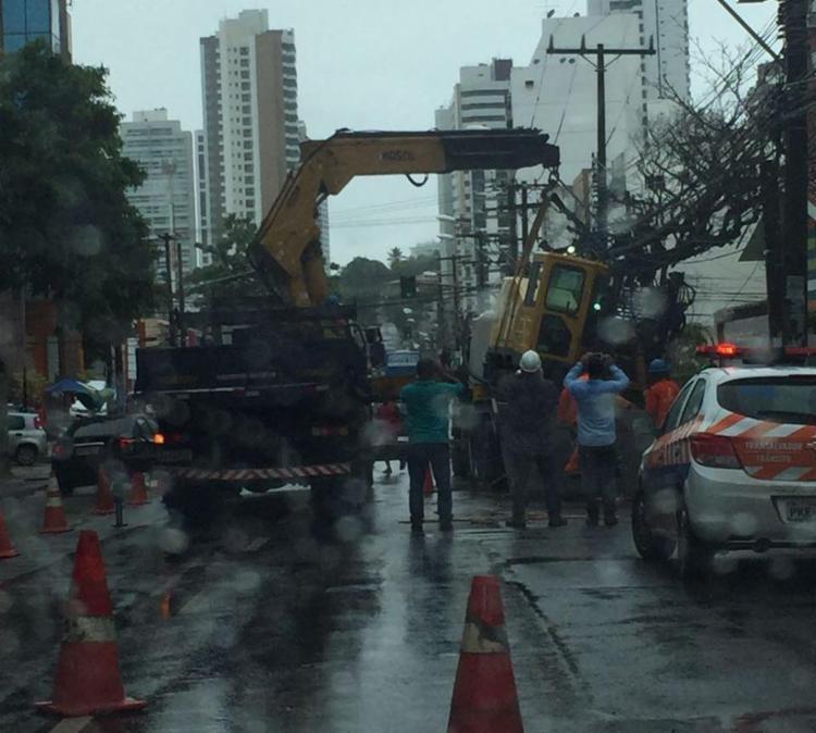 Guincho foi acionado para remover trator - Foto: Mariana Caneiro | Ag. A TARDE