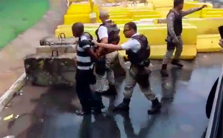 Passageiros seguraram o suspeito até chegada da PM - Foto: Cidadão Repórter | Via WhatsApp