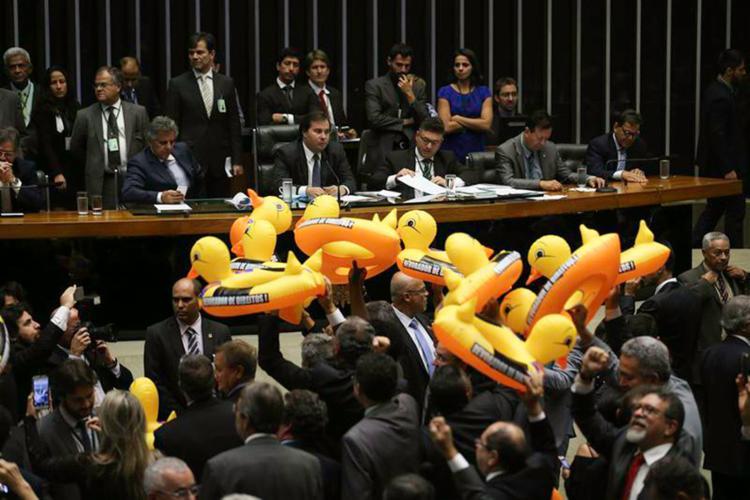 Oposição fez ato em Plenário contra o projeto que libera terceirização de todas atividades das empresas - Foto: Rodrigues Pozzebom l Agência Brasil