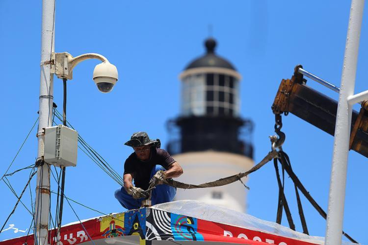 Operário desmonta palco em frente ao Farol da Barra - Foto: Raul Spinassé l Ag. A TARDE