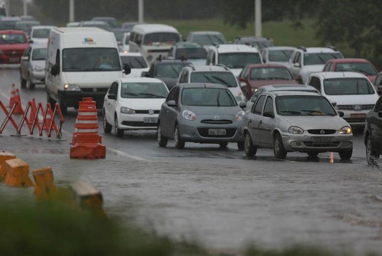 Motoristas encontram alagamento na Paralela - Foto: Joá Souza | Ag. A TARDE | 21.05.2015