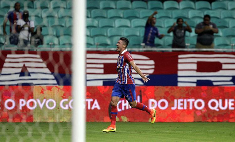 Juninho comemora após abrir o placar com um golaço - Foto: Adilton Venegeroles lAg. A TARDE