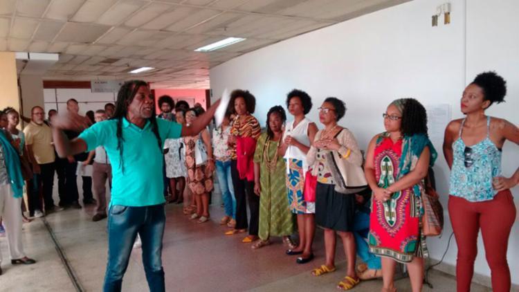 Após o adiamento do julgamento, um grupo do Movimento Negro realizou um protesto pacífico no local - Foto: Luciano da Matta | Ag. A TARDE | 23.03.2017