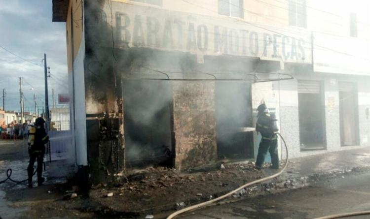 Os bombeiros foram mobilizados e controlaram as chamas - Foto: Divulgação | Corpo de Bombeiros