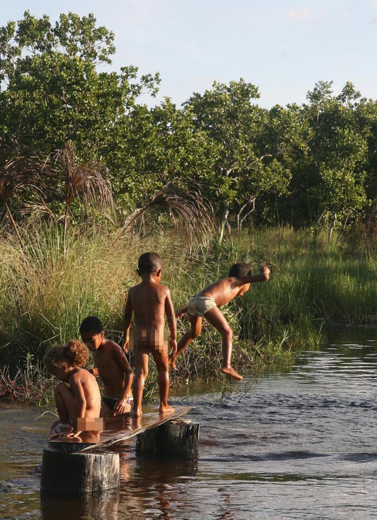Crianças brincam em afluente do rio do Santo, no oeste - Foto: Miriam Hermes l Ag. A TARDE