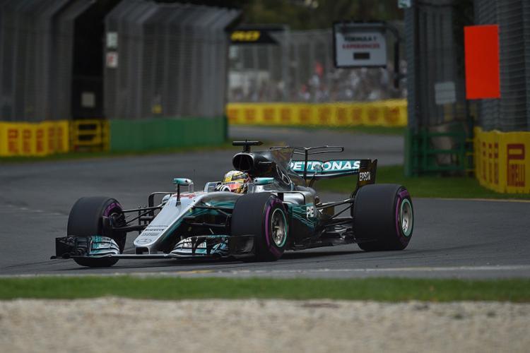 Hamilton deixou para trás as especulações e foi o mais veloz com o tempo de 1min22s188 - Foto: Saeed Khan l AFP