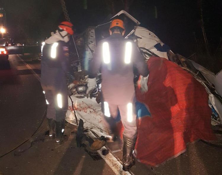 Equipes fazem trabalho de resgate dos corpos nas ferragens - Foto: Divulgação | Corpo de Bombeiros