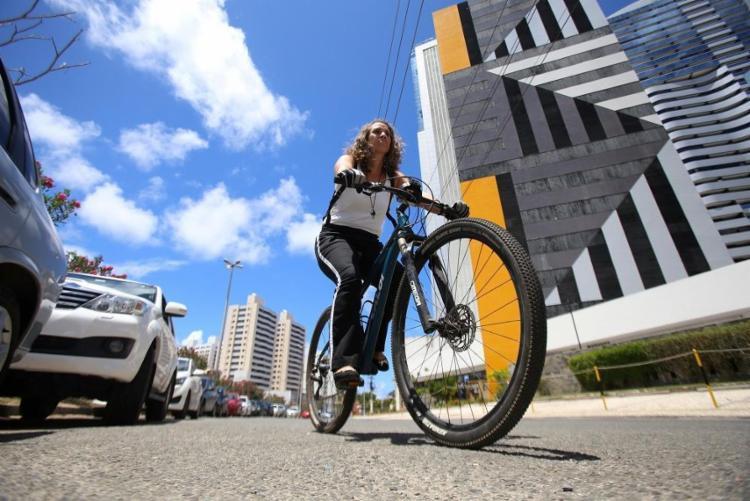 Karine Gois: rotina diária de bike de Piatã até a Tancredo Neves - Foto: Adilton Venegeroles | Ag. A TARDE