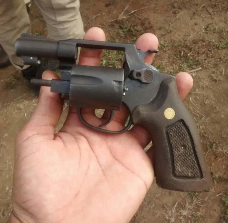 Um revólver foi apreendido com o grupo - Foto: Divulgação   PM
