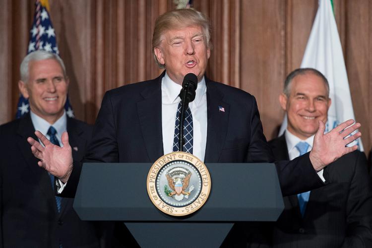 Principal alvo do decreto é o Plano de Energia Limpa de Obama, que exige que os Estados eliminem as emissões de carbono das usinas de energia - Foto: Jim Watson l AFP