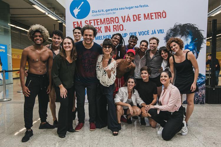 Cantora Fernanda Abreu (C) fez show no metrô do Rio - Foto: Divulgação